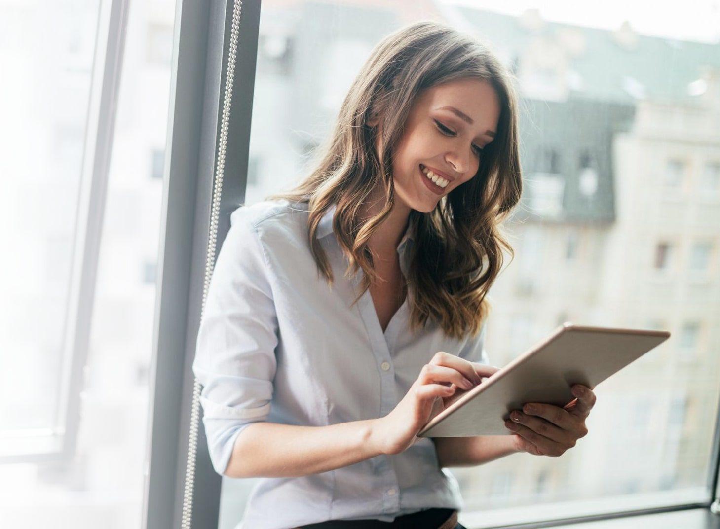 woman work tablet hermes express 1 min e1617277968682